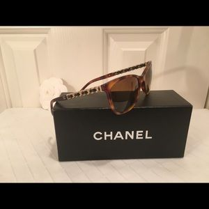 Chanel Iconic Tortoise w/ chain, leather CC logo!